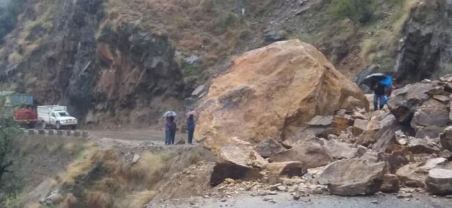 Snowfall, Shooting Stones Disrupt Traffic On Kashmir Highway